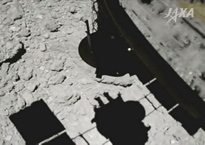 Tàu Hayabuasa 2 đã đáp cánh khá chậm rãi xuống bề mặt và có thể thấy rõ, bóng của con tàu đổ lên tiểu hành tinh Ryugu.