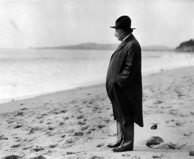 Albert Einstein đứng bên bờ biển ở Santa Barbara năm 1933