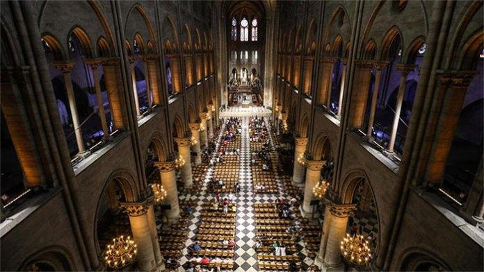 Khung cảnh bên trong Nhà thờ Đức Bà Paris trước đám cháy.
