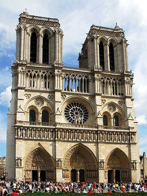 Mặt tiền nhà thờ Đức Bà Paris.