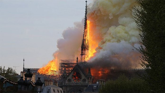 Tháp hình chóp, biểu tượng của Nhà thờ Đức bà Paris, chìm trong biển lửa.