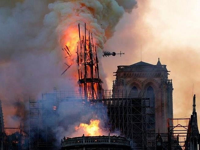 Hình ảnh đỉnh tháp Nhà thờ đổ sập.