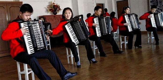 Lớp tập đàn ở Bình Nhưỡng, Triều Tiên.