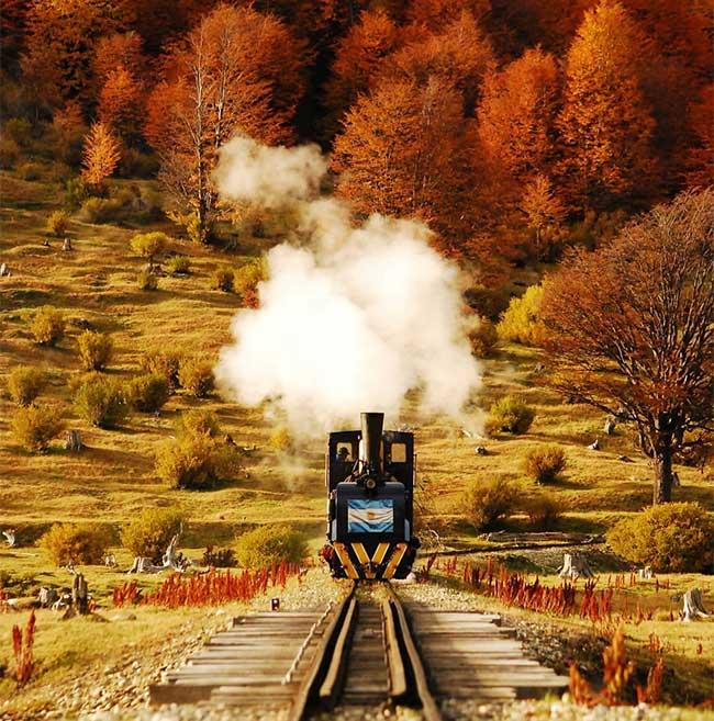 Ushuaia tọa lạc trên hòn đảo Isla Grande de Tierra del Fuego.