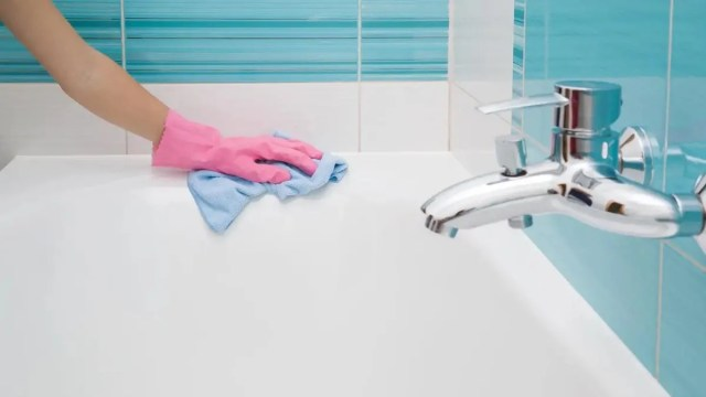 How to Clean Bathroom Mold From Tub, Tile, and Grout Corners With