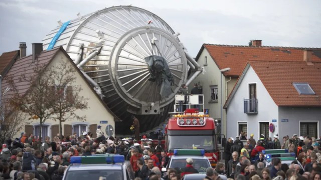 The KATRIN spectrometer on its way to the experimental hall.