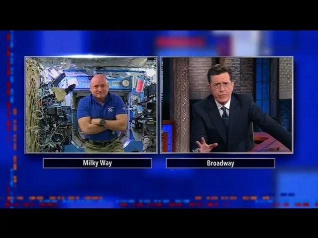 Geek di Stephen Colbert fuori che parlano con Scott Kelly sullISS
