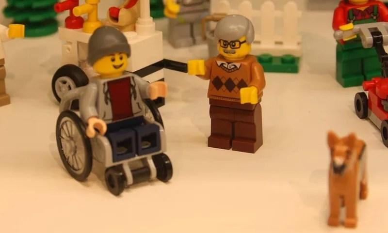 Lego incluye una figura en silla de ruedas por primera vez en su historia