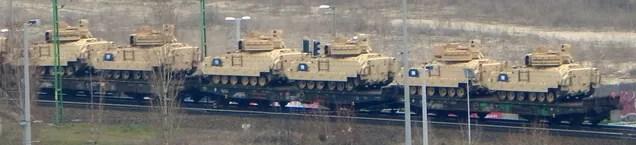 Mit keresnek ezek az amerikai tankok Budapesten?
