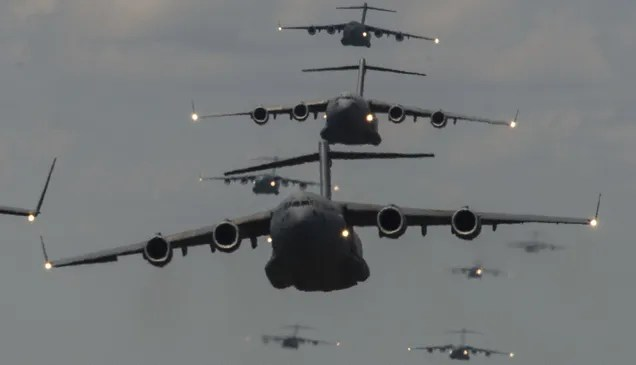 Una formación inusual: nueve enormes C-17 Globemaster en pleno vuelo