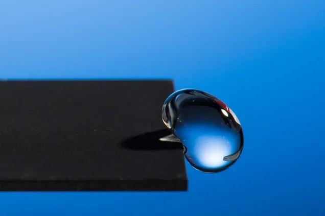 Crean con láser un metal que repele el agua por completo y para siempre
