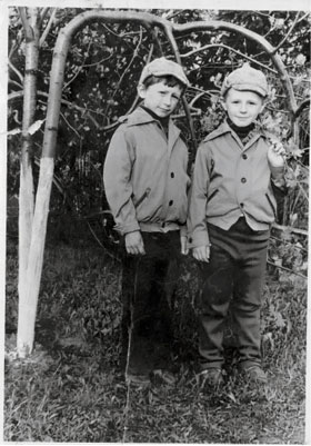 Игорь (справа) со старшим братом Димой.