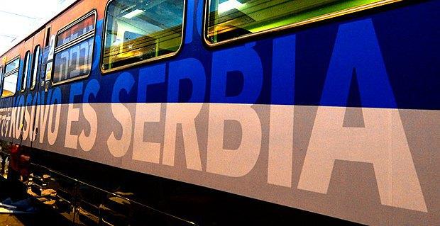 Поезд с надписью *Косово - это Сербия* был остановлен на станции Рашка