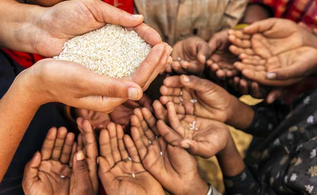 सीरिया : भूख से संघर्ष कर रहे लोग भोजन के लिए बेच रहे घर और सोना