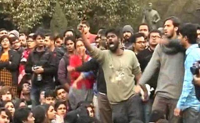 जेएनयू विवाद : कन्हैया कुमार की पेशी के दौरान वकीलों और छात्रों में हाथापाई