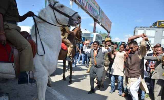 देहरादून : प्रदर्शन के दौरान बीजेपी विधायक ने लाठियां बरसा कर बेजुबान घोड़े की टांग तोड़ी