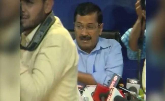 दिल्ली के मुख्यमंत्री केजरीवाल पर प्रेस कांफ्रेंस के दौरान जूता फेंका गया
