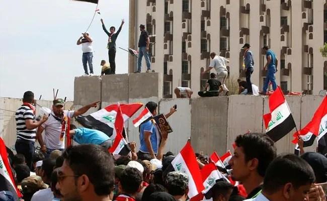 बगदाद में हजारों प्रदर्शनकारी 'ग्रीन जोन' में घुसे, संसद में तोड़फोड़ की, आपातकाल घोषित