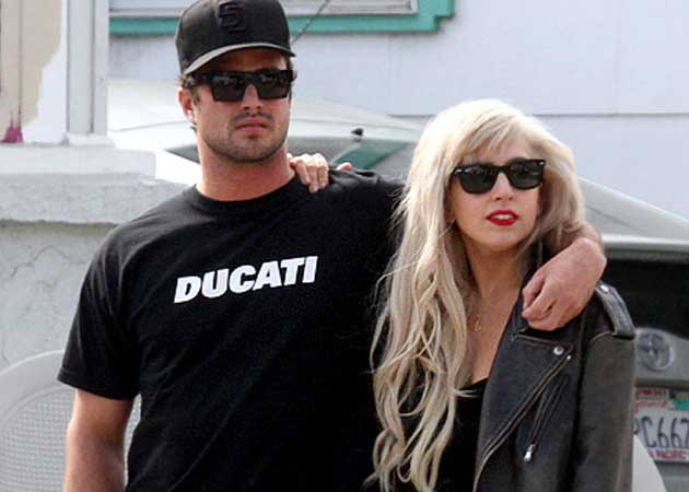 Does Date Who Taylor Kinney