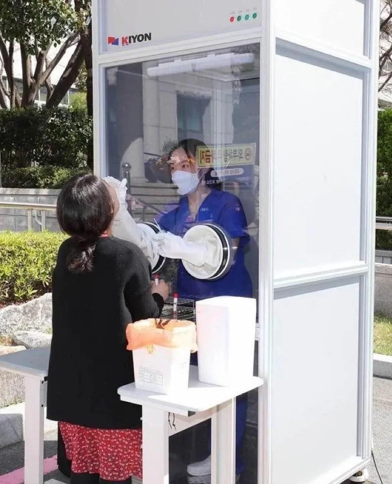 У Кореї перевіряють на COVID прямо на вулицях