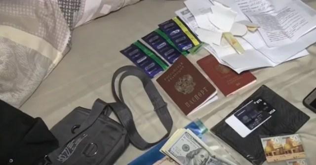 Изъятые паспорта и деньги россиян