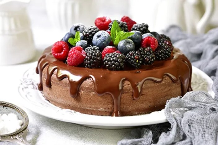 Pastel chocolate con frutos rojos
