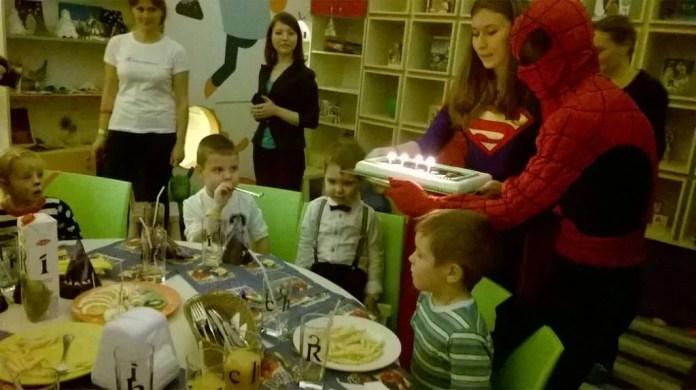 Устраивала для детей яркие дни рождения