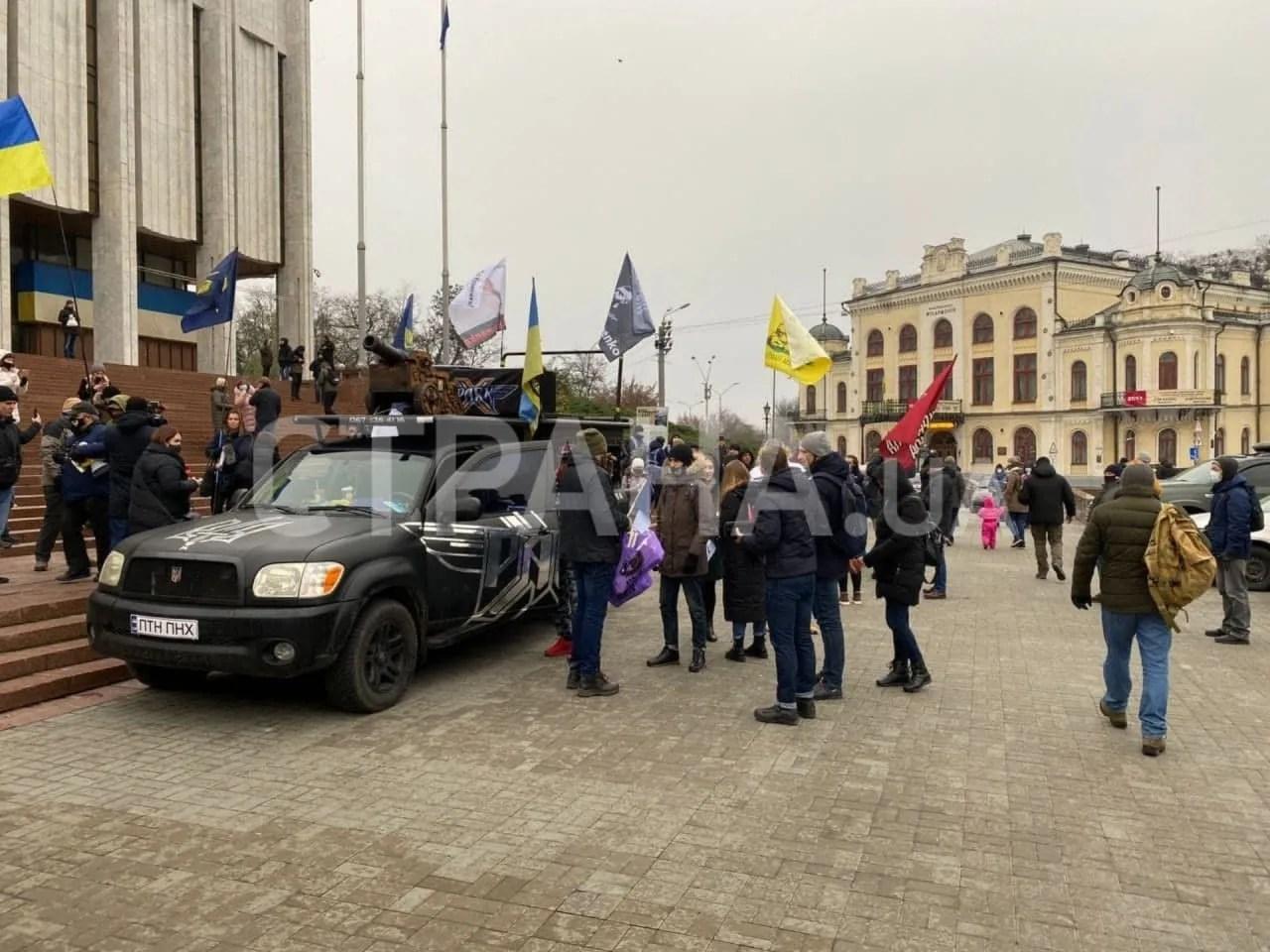 """Приехал """"майдан-мобиль"""" со звуковой аппаратурой и декоративной пушкой"""