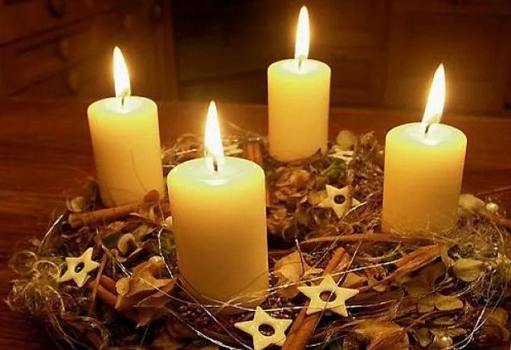 Традиционный венок с четырьмя свечами, символизирующими 4 воскресенья Адвента