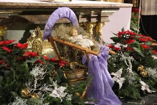 Младенец Иисус в яслях в католической церкви
