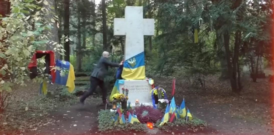 Грем Філліпс зриває український стяг
