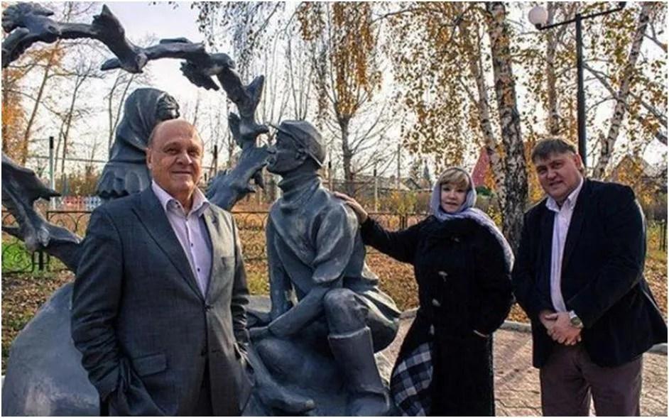 Vladimir Menshov lângă monumentul eroilor faimosului său comedie