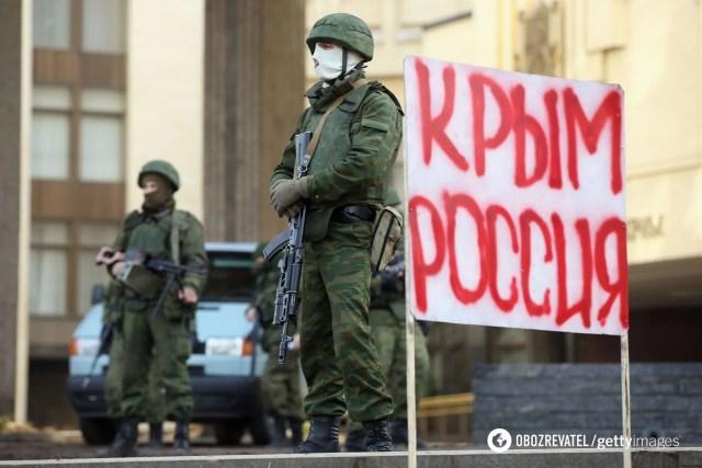 Российские войска без опознавательных знаков в марте 2014 года оккупировали украинский полуостров Крым