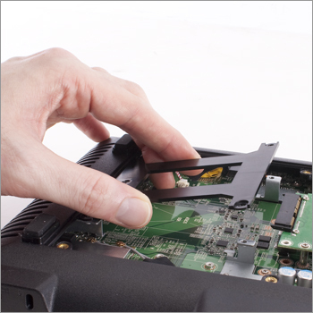 4) Снимите скобу жесткого диска.
