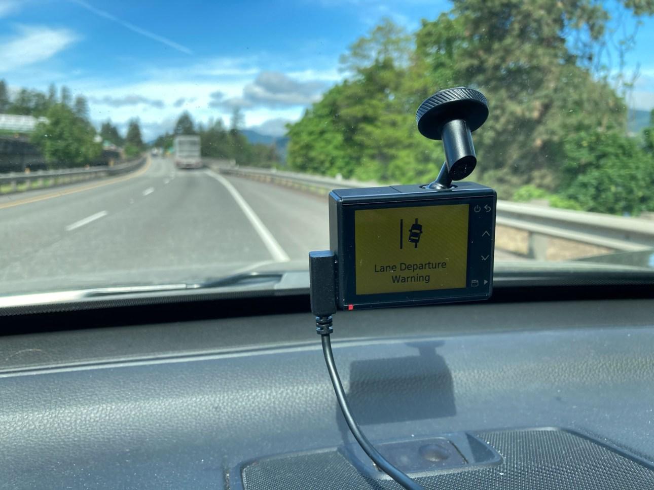Garmin Dash Cam 66W вылет полосы движения