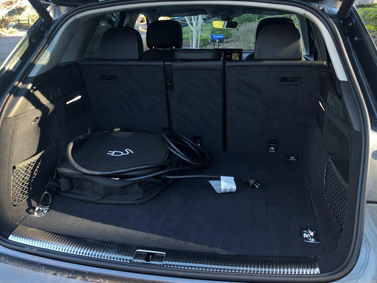 2021 Audi Q5 55 TFSI E Quattro грузовое пространство со вставным кабелем