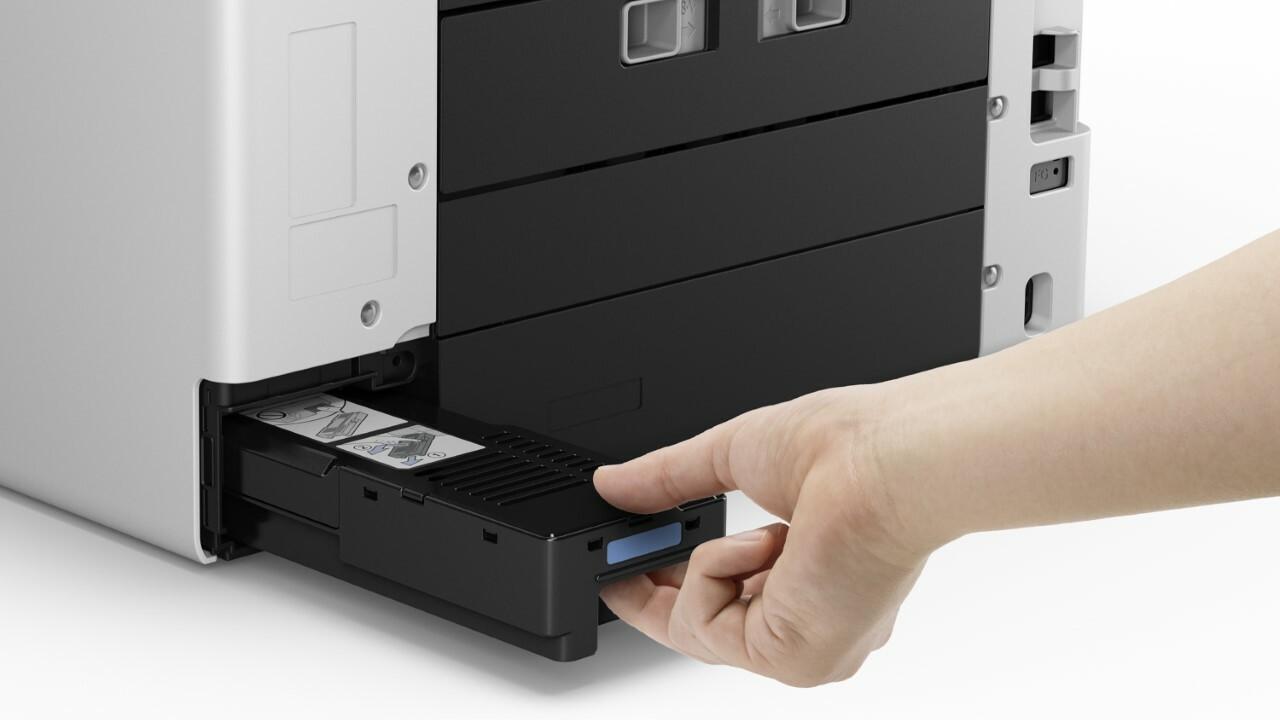 На задней панели принтера показаны порты справа и вставляемый лоток для обслуживания.