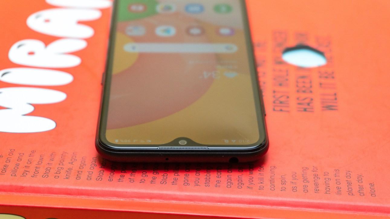 Вид сверху на Samsung Galaxy A01 с каплевидным вырезом