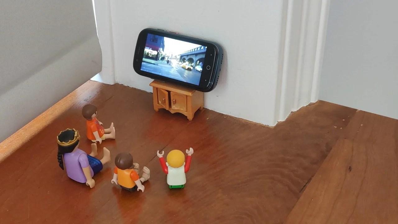 Jelly 2 изобразил телевизор перед четырьмя маленькими куклами