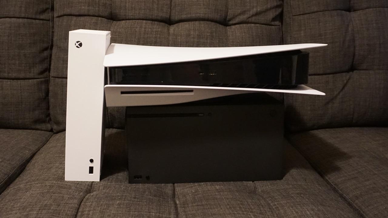 По часовой стрелке слева: Xbox Series S, PlayStation 5, Xbox Series X