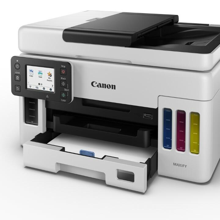 GX6020 с единственным лотком для бумаги, заполненным бумагой и приоткрытым
