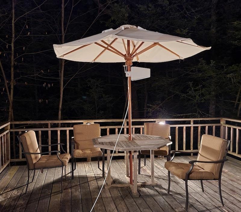 Наружная антенна, прикрепленная к опоре зонта от патио, с протяжкой белого коаксиального кабеля