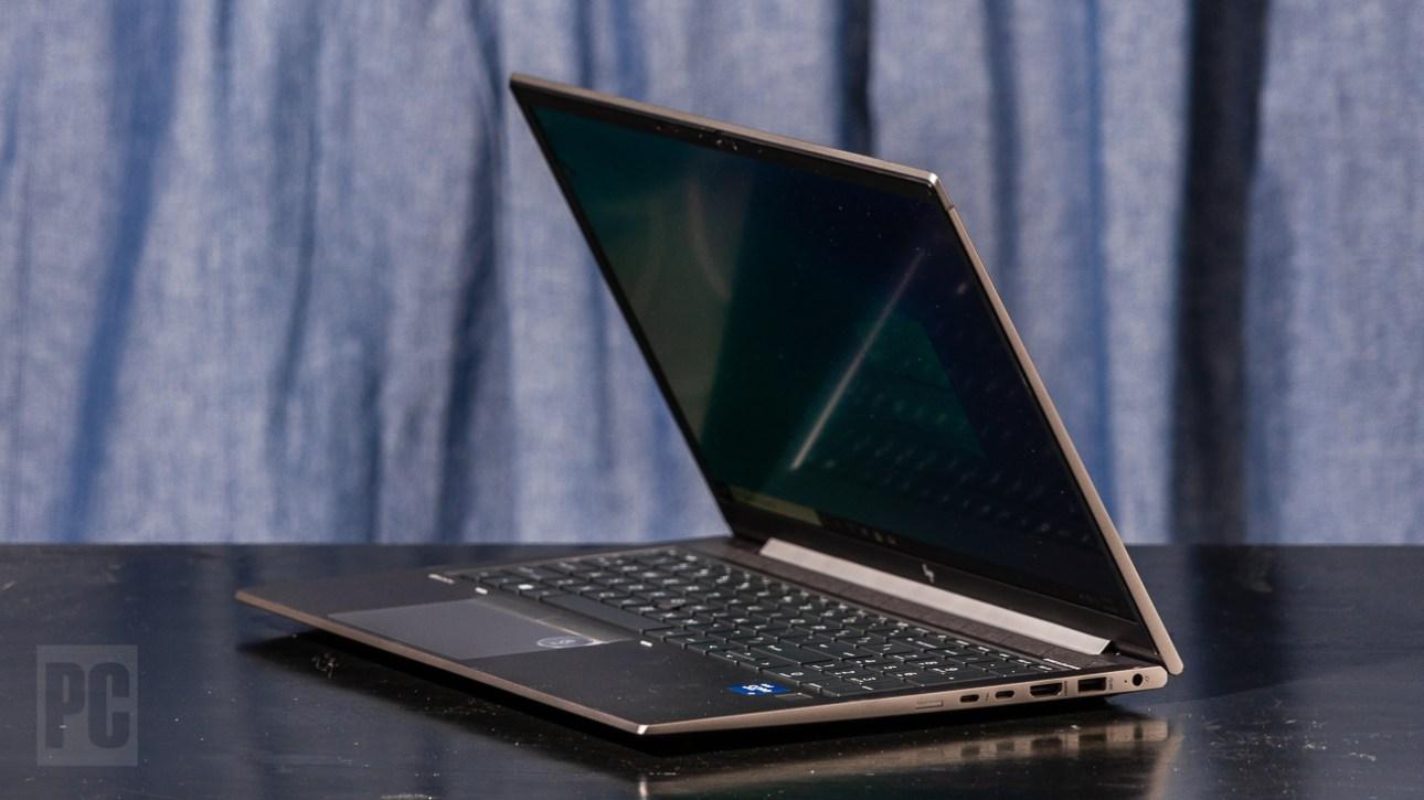 HP ZBook Firefly 15 G8 под прямым углом