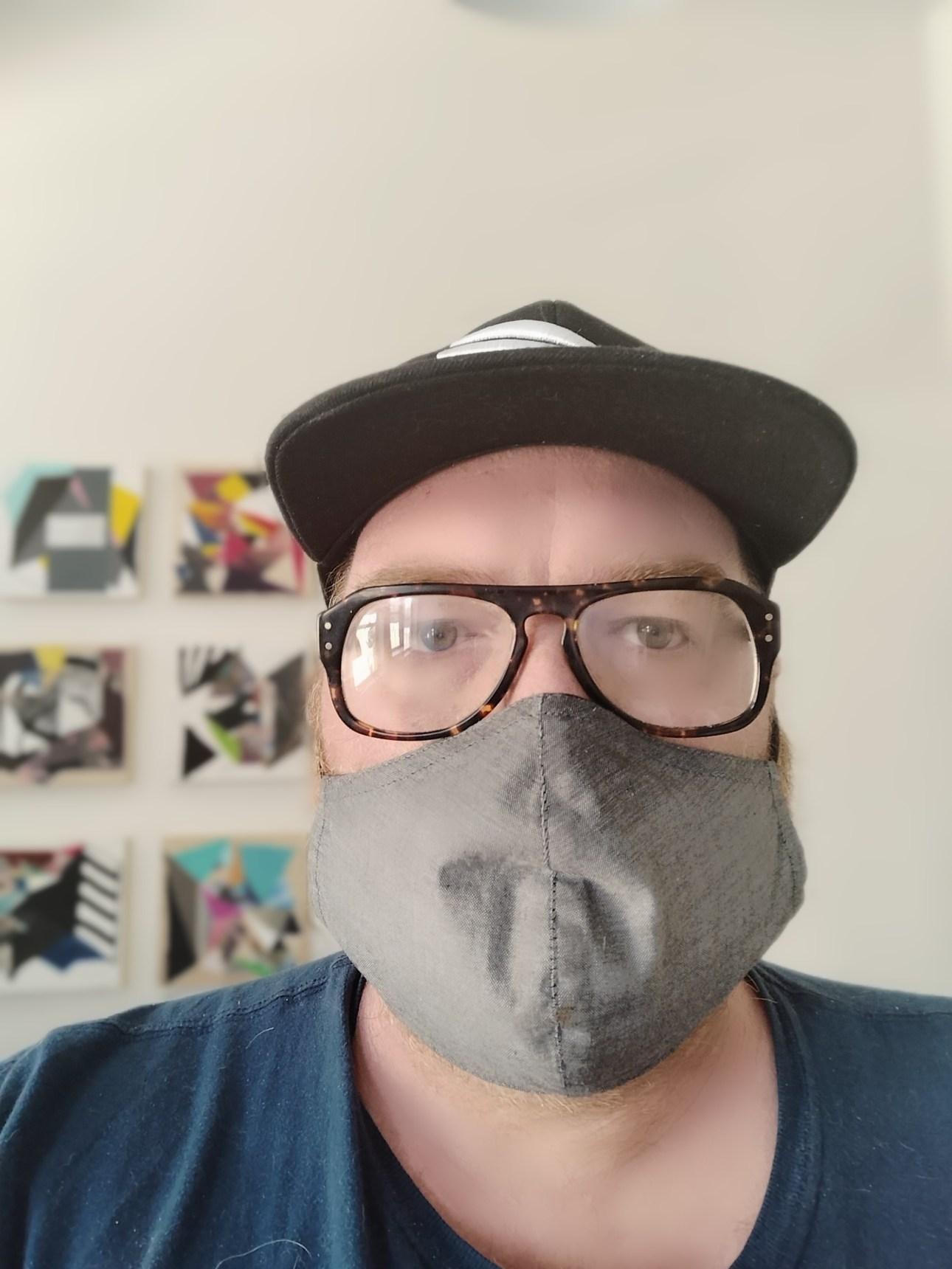 Человек в маске и шляпе