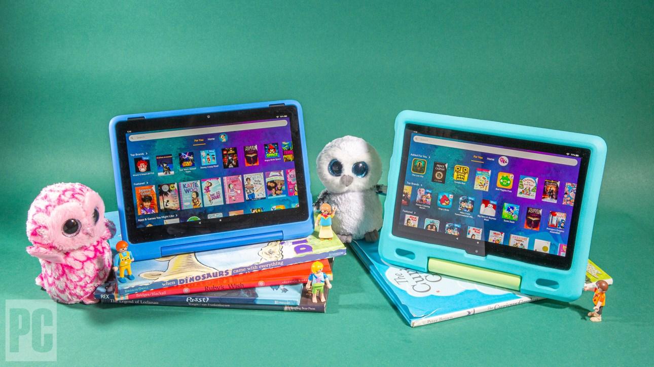 Стопка детских книг, наверху - планшеты Kids и Kids Pro, а рядом - куклы.