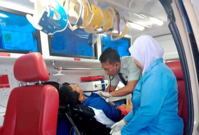 pegawai perubatan dalam ambulan