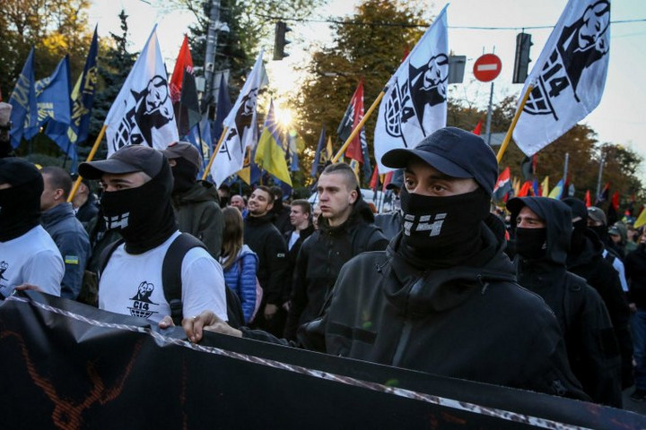 """A """"Szics"""" az ungvári főkonzulátus előtt tüntet. Követeléseik között van, hogy """"a magyarok húzzanak haza"""""""