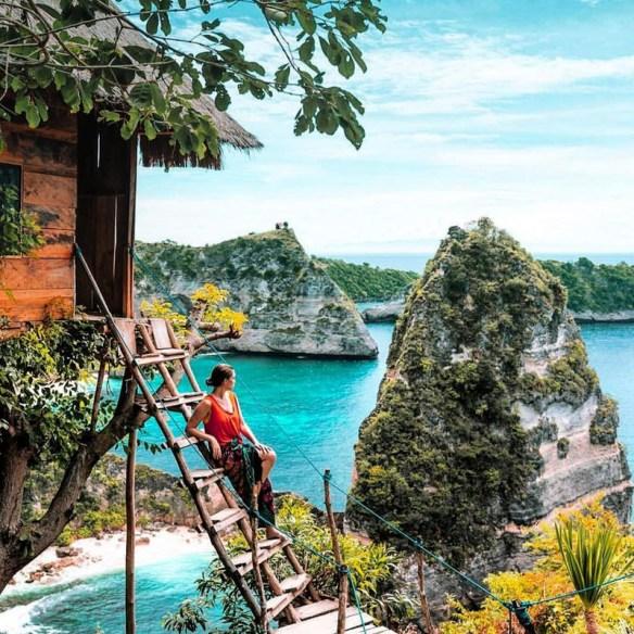 pelancong bergambar di pulau