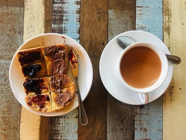 kopi dan sepinggan roti bakar