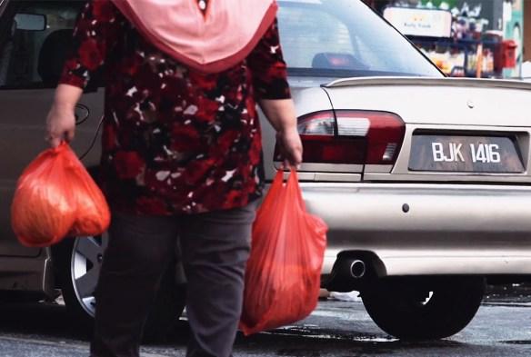 mak cik bawa plastik beli barang